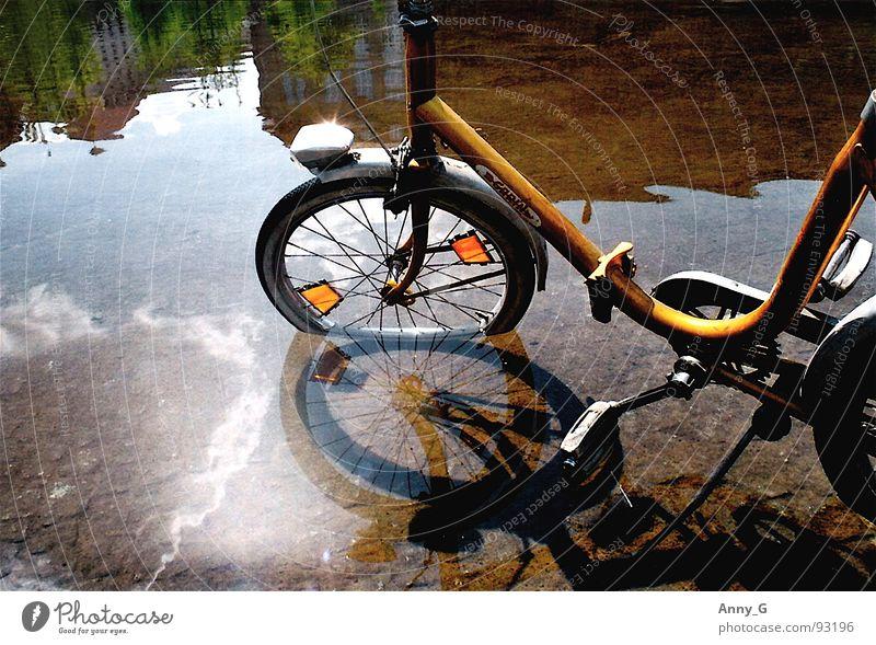 überschwemmung Wasser gelb Pedal Fahrrad Katzenauge Wasserspiegelung Klapprad