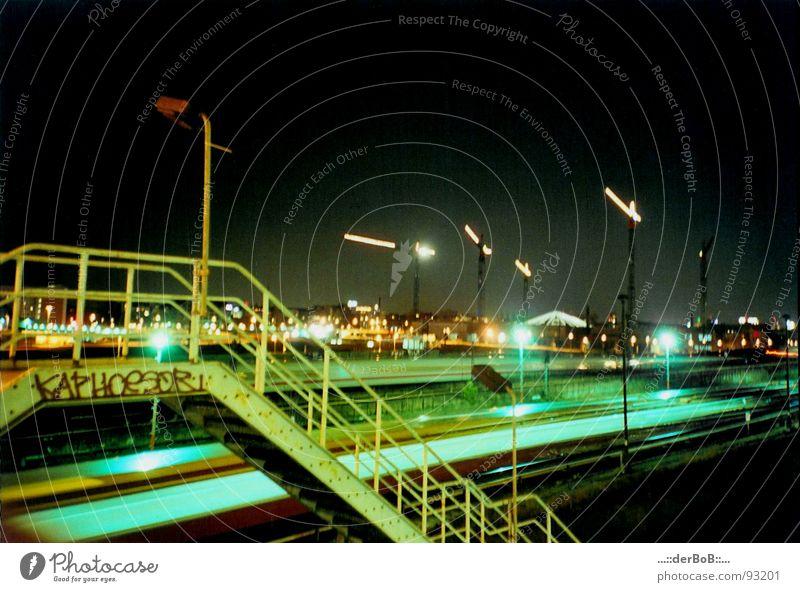 KAPHOeSOR Deutschland Warschauer Brücke Eisenbahn Kran Gleise Nacht Laterne grün gelb analog Lomografie Langzeitbelichtung Hauptstadt Berlin Geländer Treppe