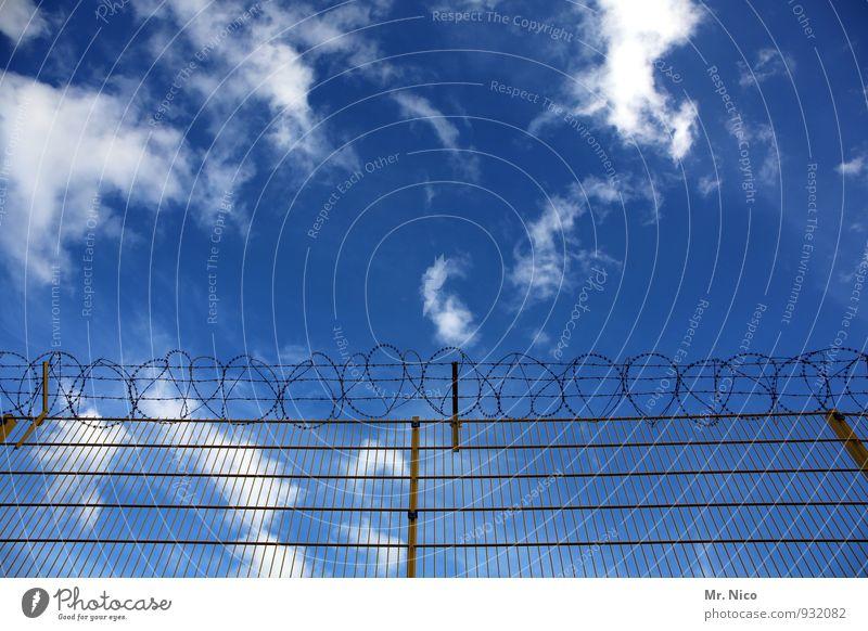 der himmel kennt keine grenzen Umwelt Himmel Wolken Klima Klimawandel Wetter Schönes Wetter blau Grenze Zaun Stacheldraht Barriere Drahtzaun Freiheit gefangen