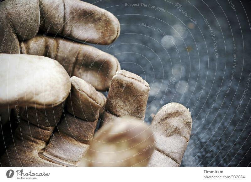 Oh, diese zarte Haut. Leder Handschuhe Arbeitshandschuhe Gartentisch Glasscheibe einfach Gefühle berühren Naht Falte leer Außenaufnahme Menschenleer Tag