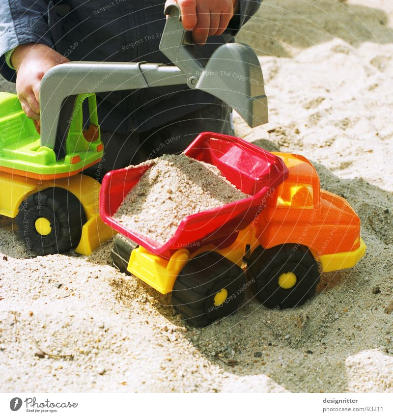 Yo, wir schaffen das ... Kind Junge Spielen Sand Baustelle Spielzeug Lastwagen Bauarbeiter Bagger Sandkasten Kipper