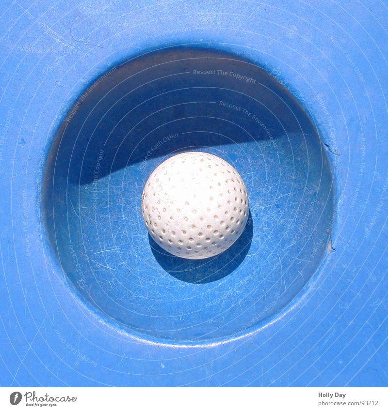 Eingelocht... Freude Spielen Minigolf Sommer Sommerurlaub Sport Ballsport Erfolg Golf Kunststoff Erholung einfach rund blau weiß Glück Konzentration Treffer