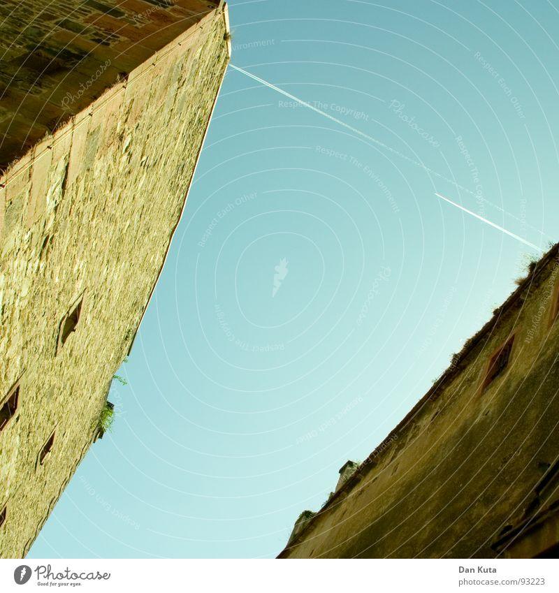 Durch diese hohle Gasse ... alt Himmel blau dunkel Wand oben Stein Mauer Wege & Pfade Zufriedenheit hell Flugzeug hoch Ecke Quadrat historisch