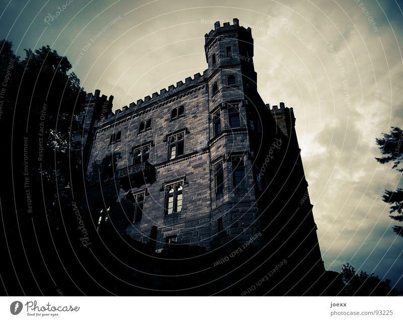 WalBURGisnacht II Abend Angst Außenaufnahme Baum Baumkrone bedrohlich Wolken Blatt Zinnen Donnern dunkel Fenster Fensterscheibe Festung Gebäude