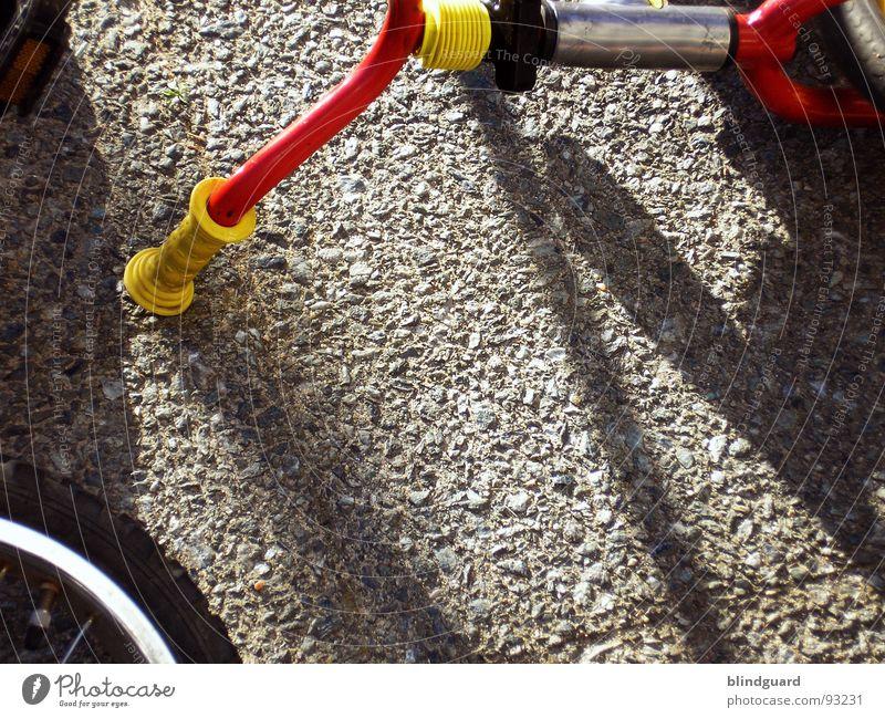 Unfall auf dem Schulhof Fahrrad Dreirad Beton Griff Sommer rot gelb Freizeit & Hobby Verkehr bycicle accident Fahrradlenker Speichen bemse Sonne