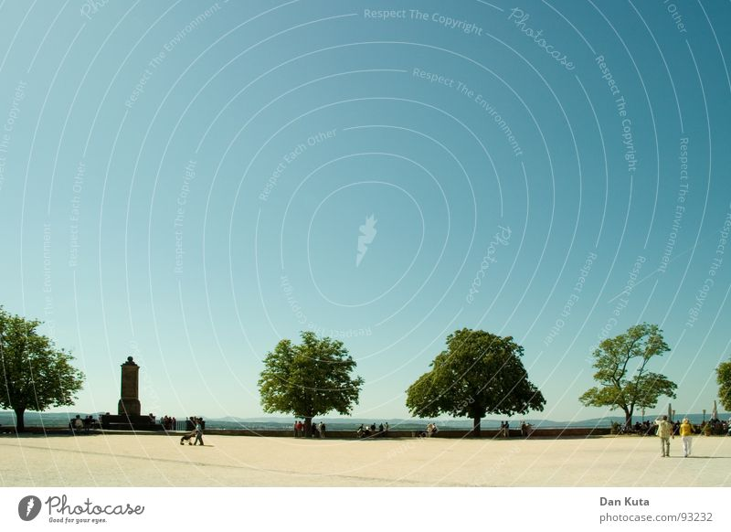 Weit und breit Ferne Baum Mensch Koblenz Laubbaum Staub horizontal Verkehrswege frei offen Amerika Sand Himmel blau Schönes Wetter sanft
