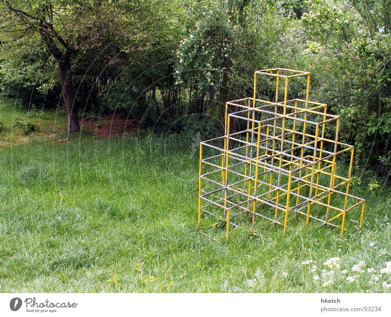 Kinderparadies Spielen Spielplatz Wiese verfallen Vergänglichkeit Klettern Klettergerüst Metallstreben kein Sandkasten trist Einsamkeit Langeweile Gebrüll