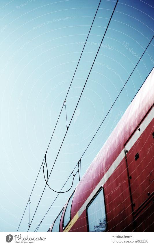 Die Reise nach... Himmel blau rot Ferien & Urlaub & Reisen Ferne Fenster Bewegung Tür Eisenbahn Verkehr Geschwindigkeit neu Kabel Sehnsucht Information Gleise