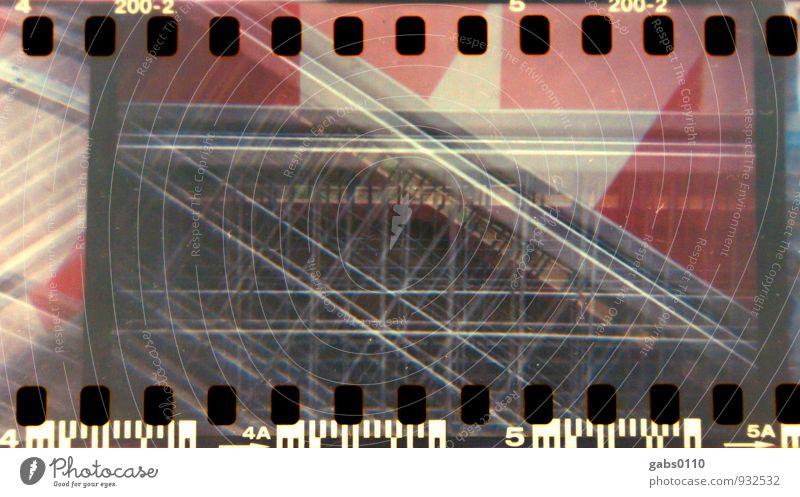 Absperrung II Lomografie Farbe Filmmaterial Barriere Zaun geschlossen schließen gesperrt Bauzaun analog rot weiß Metall Doppelbelichtung Raute