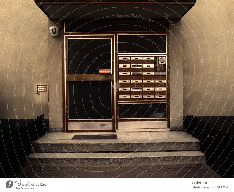 17 Haus Hauseingang Eingang Briefkasten Wohnung Zusammensein anonym Einsamkeit kalt Wand Hausnummer Stadt Barriere Mitgefühl Nachbar Vermieter Mieter