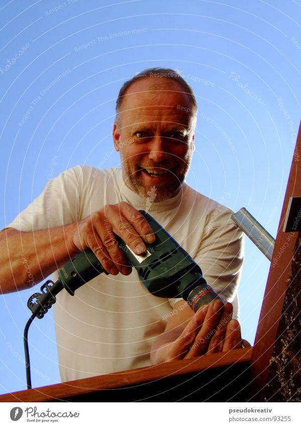 Ludger - Happy Handwerker Heimwerker Arbeiter Fachmann Arbeit & Erwerbstätigkeit Baumarkt bohren Bohrmaschine Akkuschrauber festhalten Werkzeug Holz Freude