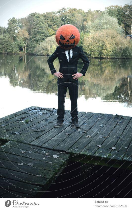 bald Karneval Halloween Mensch maskulin Mann Erwachsene 1 Herbst Park Teich See Anzug gruselig Angst Kürbis Kürbiskopf Maske Steg Farbfoto Außenaufnahme
