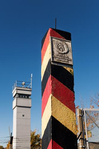 Bis hierhin ... Herbst Freiheit Deutschland Turm Macht Schutz Sicherheit Deutsche Flagge Bildung Vergangenheit Ende Wolkenloser Himmel Barriere Grenze Kontrolle