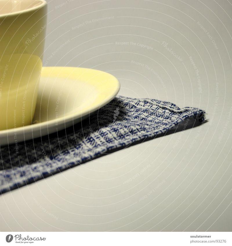 One cup... weiß blau schwarz gelb Getränk Kaffee Küche Gastronomie heiß Geschirr Tasse Am Rand Handtuch Untertasse