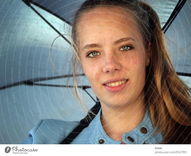 . feminin Junge Frau Jugendliche 1 Mensch Jacke Regenschirm blond langhaarig Zopf beobachten Lächeln Blick warten Freundlichkeit hell schön Zufriedenheit