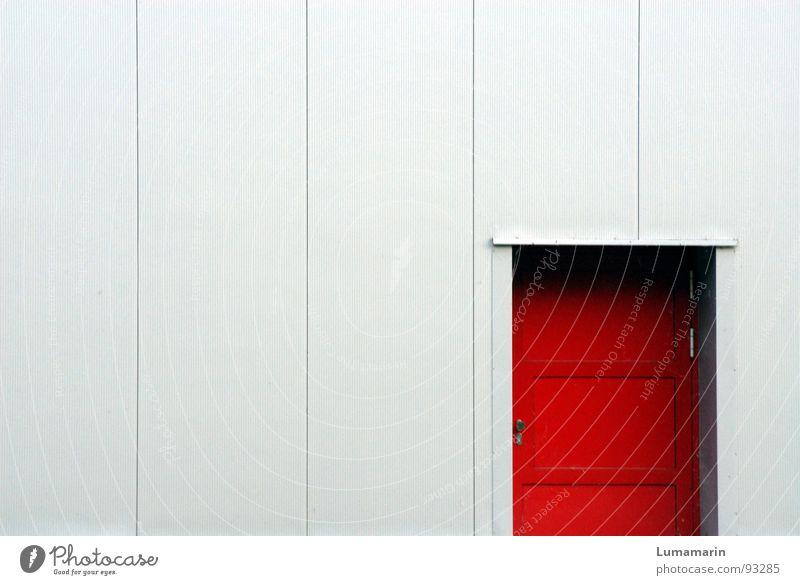Die rote Tür rot Haus Farbe kalt grau Gebäude Wärme Linie Tür Fassade geschlossen Sicherheit modern gefährlich bedrohlich