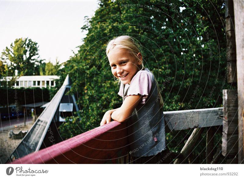 September 001 Kind Mädchen grün Sommer Freude lachen blond Spielplatz unschuldig Baumhaus