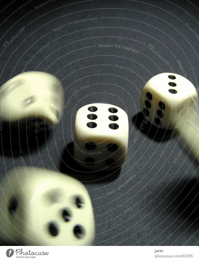 Es kann nur besser werden Spielen Glücksspiel Ärger Erfolg Verlierer Sportveranstaltung Konkurrenz Freude gefährlich Mut jarts Würfel