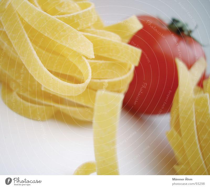 Tomate trifft Nudel #1 rot Nudeln Teigwaren Italien Innenaufnahme Gastronomie Gesundheit Gemüse Vor hellem Hintergrund