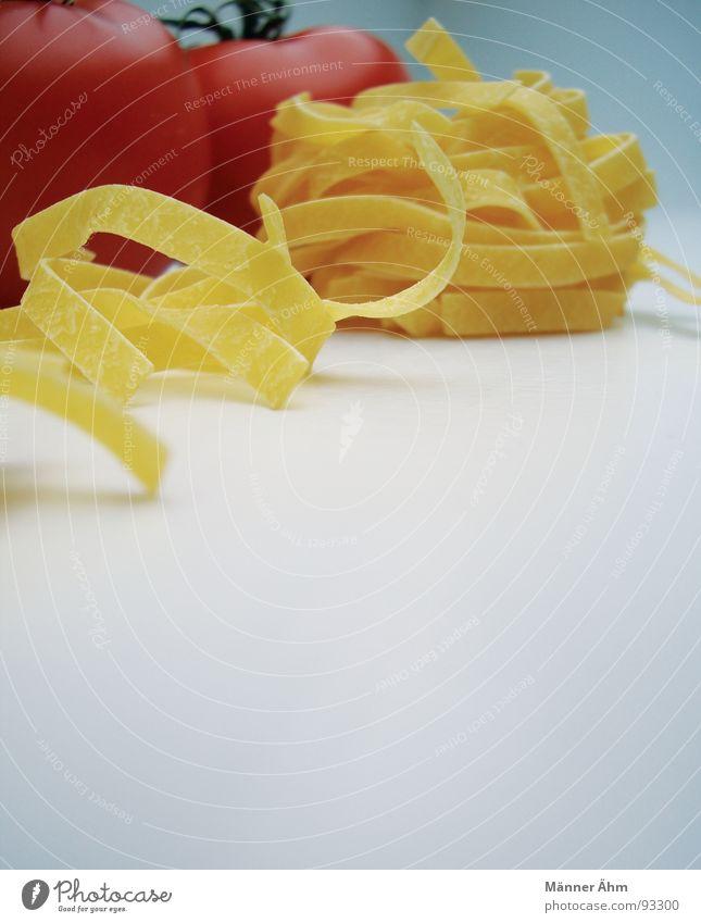 Tomate trifft Nudel #3 rot Nudeln Teigwaren Italien Innenaufnahme Gastronomie Gesundheit Gemüse Vor hellem Hintergrund