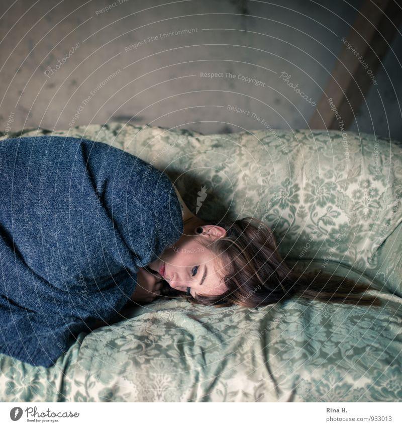 Schutz II Sofa Junge Frau Jugendliche 1 Mensch 18-30 Jahre Erwachsene Mauer Wand Strickjacke Wolljacke brünett frieren liegen kuschlig Wärme blau grün Gefühle