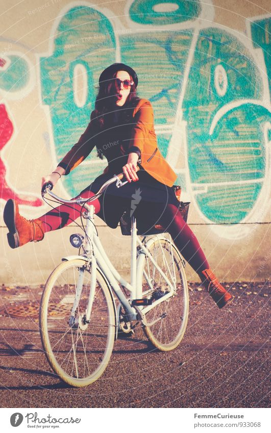 Fahrradspaß_02 Mensch Frau Jugendliche Stadt Junge Frau Freude 18-30 Jahre Erwachsene Graffiti Bewegung feminin Stil Freizeit & Hobby Zufriedenheit Fröhlichkeit