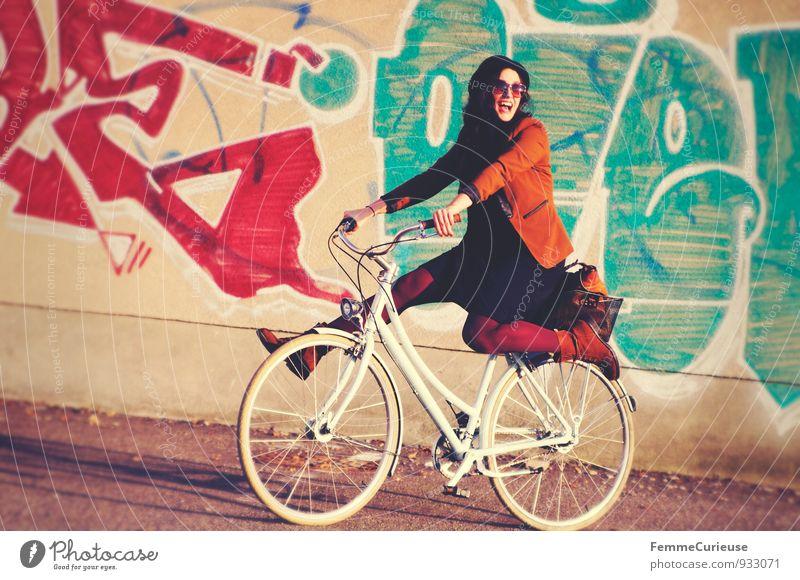 Fahrradspaß_01 Mensch Frau Jugendliche Stadt Junge Frau Freude 18-30 Jahre Erwachsene Graffiti Bewegung feminin lustig lachen Freizeit & Hobby Stadtleben Lächeln