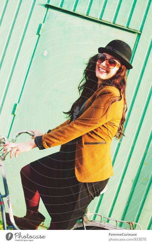 Fahrradspaß_06 Lifestyle Stil schön feminin Junge Frau Jugendliche Erwachsene 1 Mensch 18-30 Jahre Zufriedenheit Bewegung Lebensfreude Herbst herbstlich Jacke