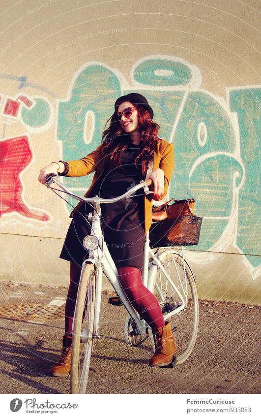 Fahrradspaß_04 Lifestyle Stil Freizeit & Hobby feminin Junge Frau Jugendliche Erwachsene 1 Mensch 18-30 Jahre Bewegung Lebensfreude Leichtigkeit Graffiti