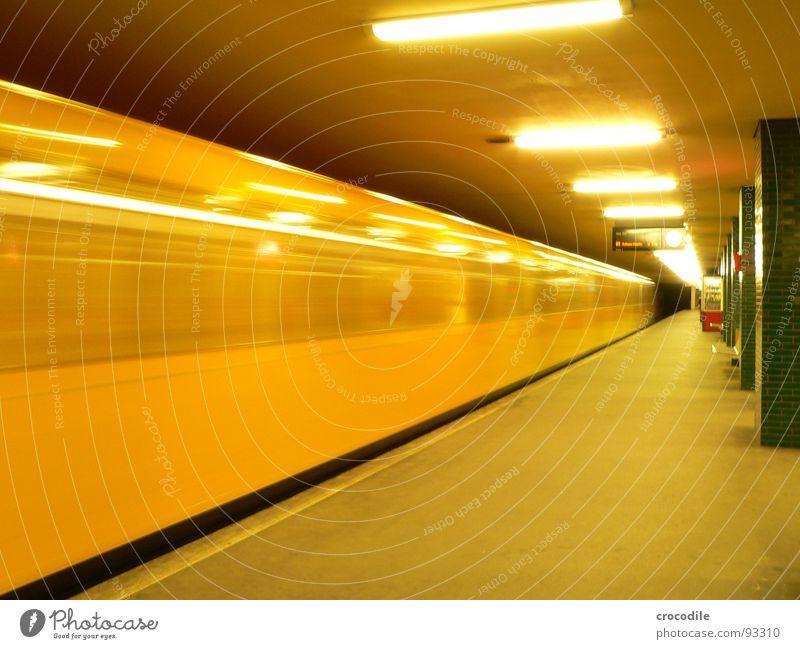 Ubahn surfin' gelb Elektrizität Lampe Neonlicht Tunnel Untergrund Gleise Fenster Langzeitbelichtung U-bahn. zug Berlin Hauptstadt lock Säule undergrund U-Bahn