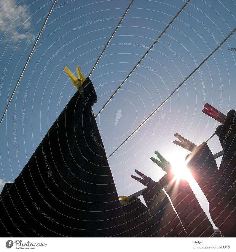 Waschtag Himmel blau rot Sonne Sommer Wolken gelb Garten Beleuchtung Wind glänzend nass frisch Seil leuchten Bekleidung