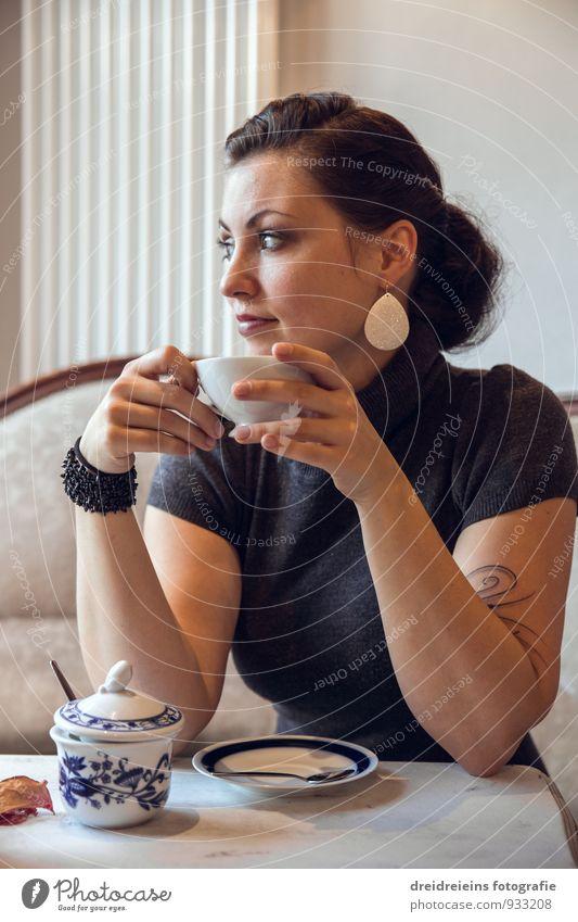 Kaffeepause Jugendliche schön Junge Frau Erholung feminin natürlich Denken nachdenklich Zufriedenheit sitzen genießen Tisch trinken Kaffee Café Tee
