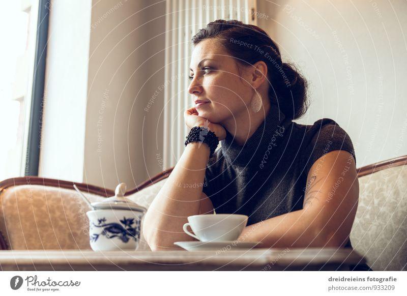 Kaffeepause Jugendliche schön Junge Frau Erholung Einsamkeit feminin Denken sitzen warten Tisch Lebensfreude Pause Freundlichkeit Kaffee Tattoo Möbel
