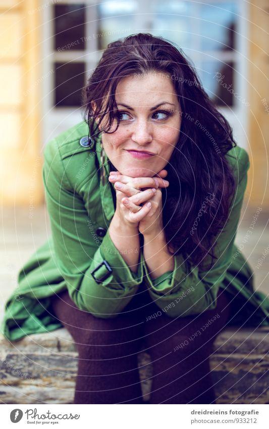 Verschmitzt Frau Jugendliche schön Erholung Junge Frau Erwachsene feminin lustig Glück Zufriedenheit sitzen authentisch warten Fröhlichkeit beobachten