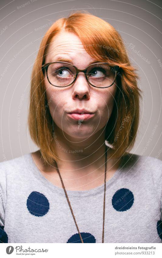 Verschmitzt Mensch feminin Junge Frau Jugendliche Erwachsene Blick träumen warten Coolness frech Freundlichkeit nerdig rothaarig Brille Brillenträger