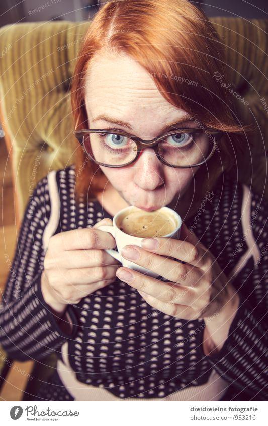 Schmeckt's? Kaffeetrinken Heißgetränk Espresso feminin Frau Erwachsene Brille rothaarig sitzen elegant frech Freundlichkeit schön Erotik Zufriedenheit