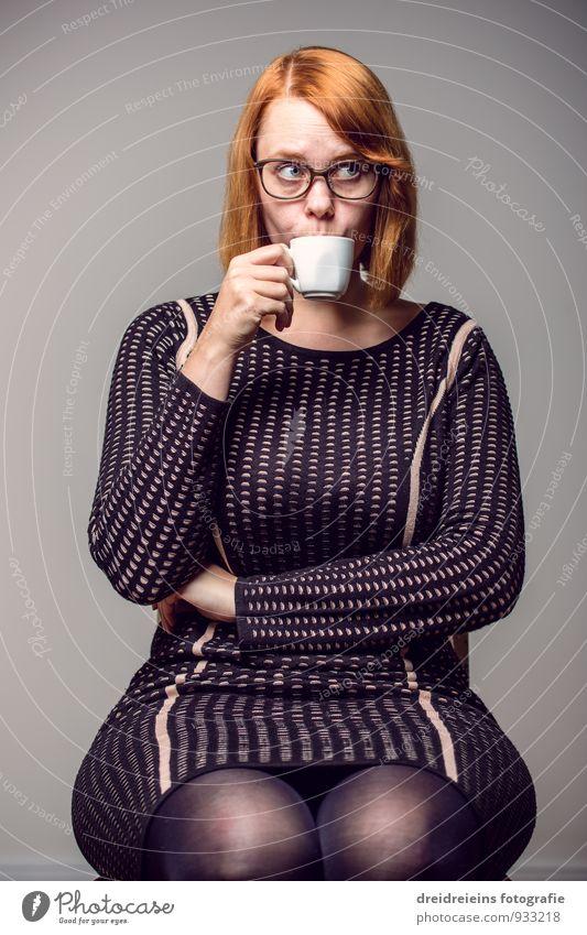 Ein Tässchen Kaffe in Ehren, kann mir wohl niemand verwehren feminin Frau Erwachsene Kleid Brille rothaarig sitzen trinken elegant einzigartig seriös