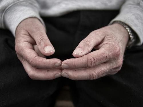 es gibt viel zu tun Einsamkeit Hand schwarz Traurigkeit Senior 60 und älter warten Kommunizieren Finger Zeichen Körperhaltung Falte Krankheit Langeweile