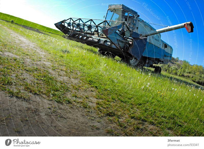 drescher04 blau Ferien & Urlaub & Reisen grün Sommer Pflanze Sonne Landschaft Wiese hell Arbeit & Erwerbstätigkeit Feld Kraft gefährlich Kraft Macht Technik & Technologie