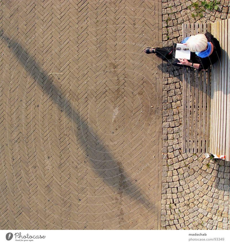 FREIZEITVERHALTEN Frau Mensch Ferien & Urlaub & Reisen Senior Erholung grau Freizeit & Hobby Buch sitzen Bodenbelag Bank Wellness lesen Bildung Vergangenheit