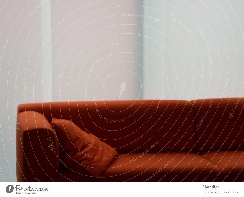Couch Sofa rot Möbel Streifen Sitzgelegenheit Häusliches Leben Red Vor weißer Wand Rotes Kissen modern sitzen