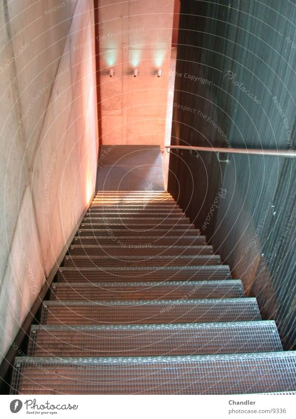 Treppe Lampe aufsteigen Gitter Stuffen Betonwand Abstieg