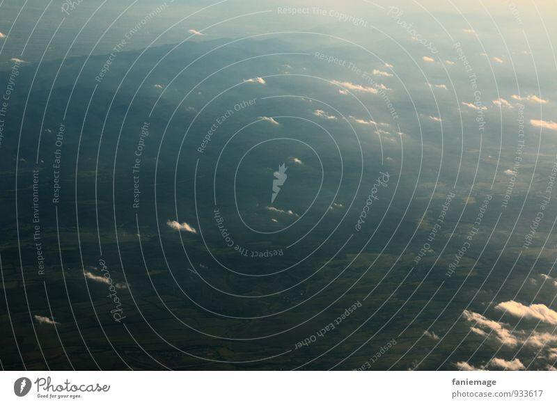 hinwegziehen Umwelt Natur Landschaft Erde Luft Himmel Wolken Wind Feld Berge u. Gebirge fliegen Flugzeug Nebel Windkraftanlage Windrad environment grün grau