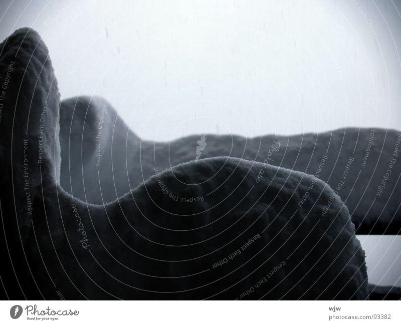 Schneehorizonte frisch unberührt weiß kalt Nebel grau Balkon Tisch abstrakt Licht schwarz schlechtes Wetter Einsamkeit Stillleben ruhig Silhouette