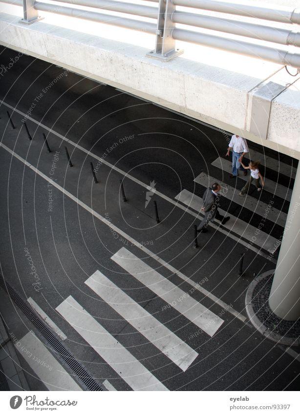 Unterwanderung grau weiß Beton Teer Fußgänger schwarz Zebrastreifen Autobrücke Verkehr Sicherheit Säule Gebäude parken Parkplatz Garage Parkhaus wandern gehen