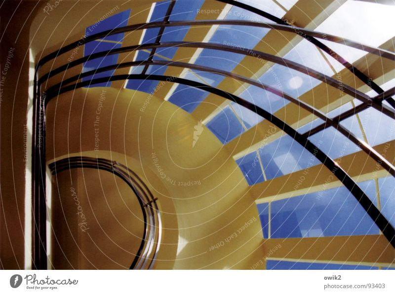 Geschwungene Linien Freiheit Sightseeing Innenarchitektur Wolkenloser Himmel Schönes Wetter Haus Turm Bauwerk Gebäude Architektur Aussichtsturm Treppe Fenster