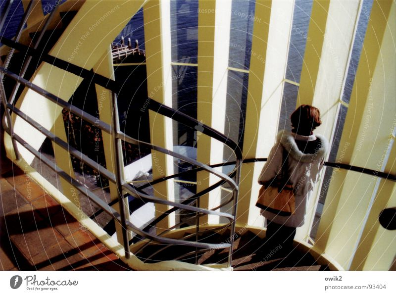 Warten Mensch Jugendliche blau Wasser Meer Erwachsene Fenster Architektur Junge Frau Innenarchitektur Wellen Treppe modern beobachten Turm Aussicht