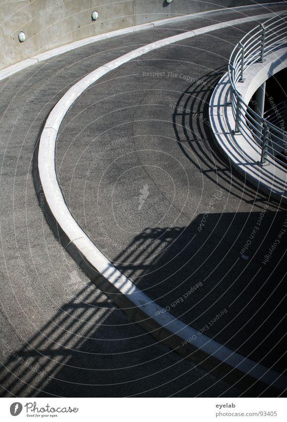 Der gerade Weg ist nicht immer der beste ! Teer Beton Wand Stahl grau Streifen Fahrbahn Fahrbahnmarkierung rund Verkehr Tiefgarage Parkhaus parken