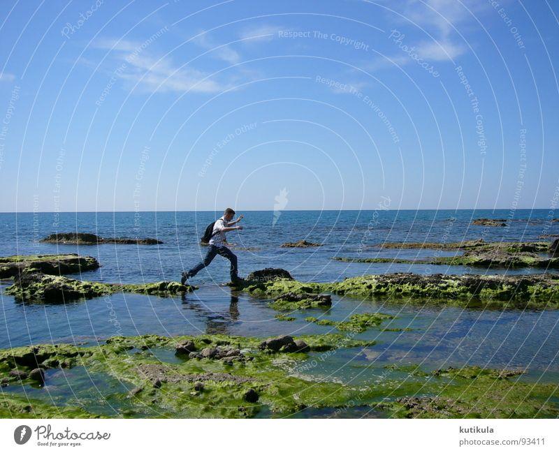 Ein kleiner Sprung Mann springen Meer Türkei Küste Rucksack Einsamkeit Kraft grün Ferien & Urlaub & Reisen Außenaufnahme Freude Erfolg Sicherheit Stein blau