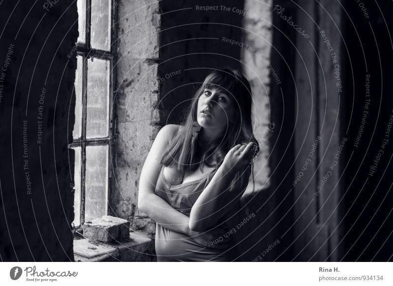 Na und III Junge Frau Jugendliche 1 Mensch 18-30 Jahre Erwachsene Heuboden Mauer Wand Fenster Kleid Unterwäsche Unterkleid Haare & Frisuren brünett langhaarig